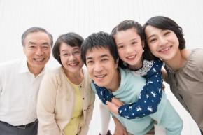 寄り添う仲良し三世代家族
